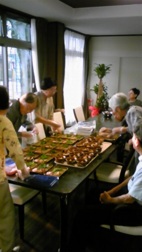 11人が集まって夕飯のお手伝い。